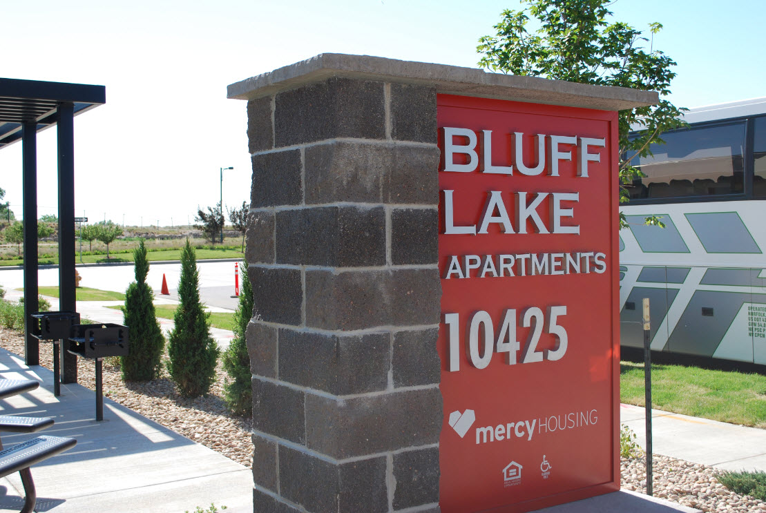 http://www.stapletondenver.com/wp-content/uploads/Bluff_Lake_Apartments_0.jpg